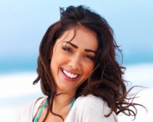 Uśmiechnięta kobieta. Można złożyć wniosek o pożyczkę bez weryfikacji.
