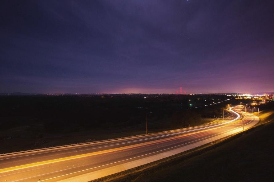 Droga oświetlona w nocy